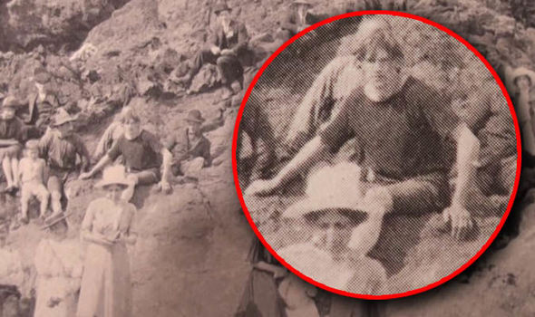 Does this 1917 photo prove time travel is possible? 27