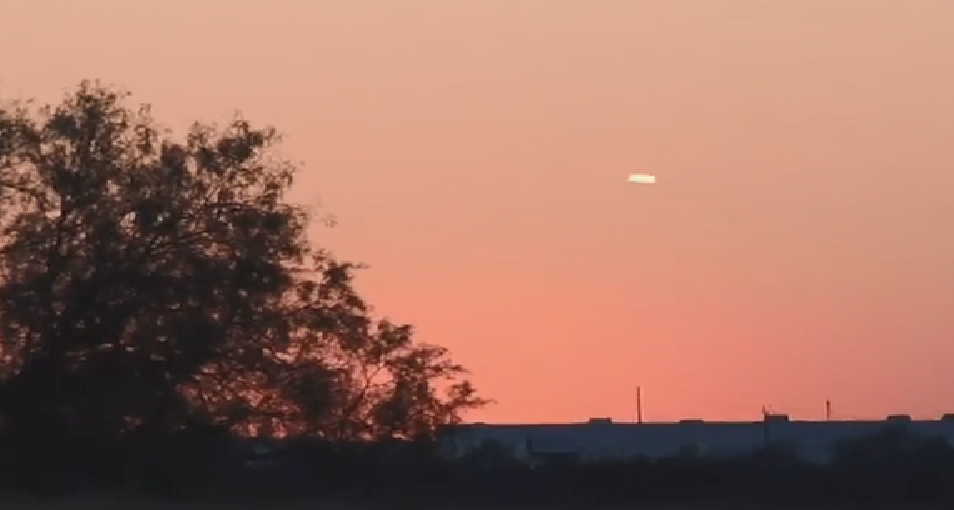 Texas resident records mysterious 'cigar-shaped' object in the sky - 'motionless for 20 minutes' 1