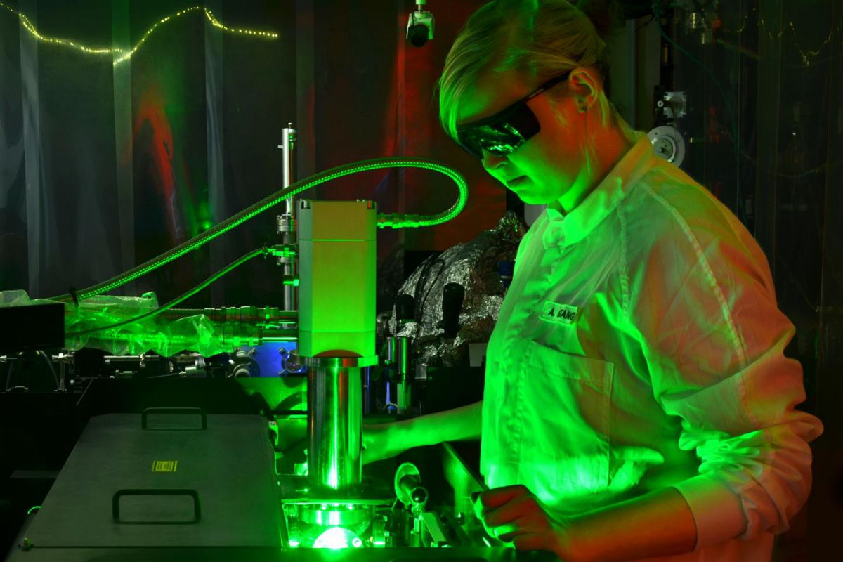 An Ultrafast Camera Filmed Electrons Interacting With Light Energy 1