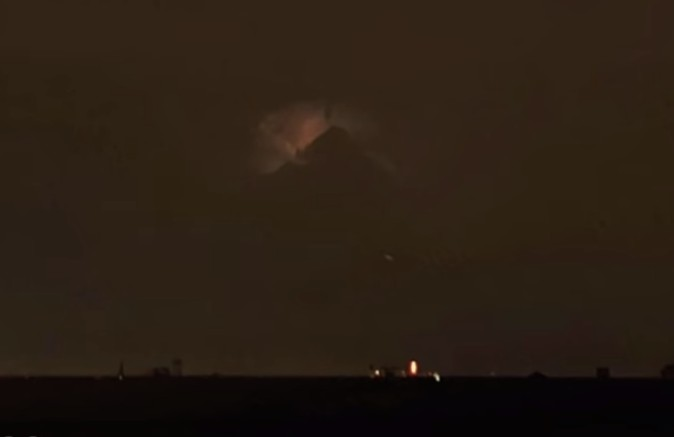 """Mysterious and huge object in the shape of a """"pyramid"""" appears in the sky above Philadelphia 93"""