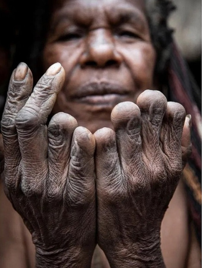 The Dani cannibal tribe and their smoky dead ancestors 20