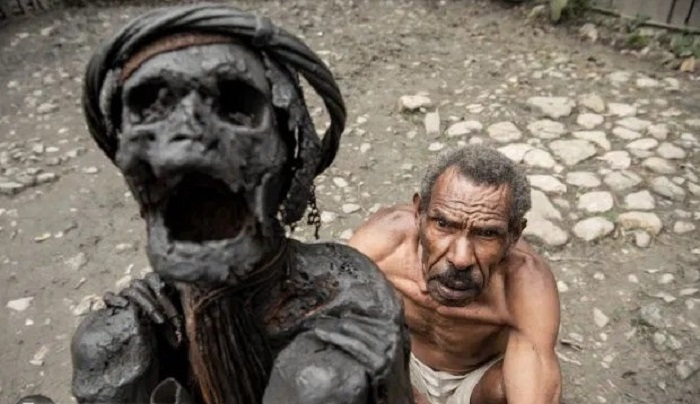 The Dani cannibal tribe and their smoky dead ancestors 22