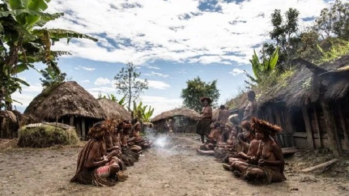 The Dani cannibal tribe and their smoky dead ancestors 26
