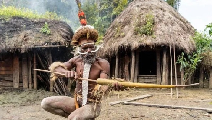 The Dani cannibal tribe and their smoky dead ancestors 28