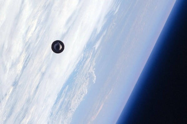 """The Space Shuttle """"Atlantis"""" photographed a UFO in space! 96"""