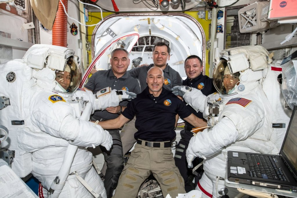 2020 in Space! Astronauts Ring in New Year (and Decade) from Orbit 89