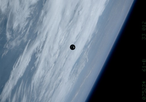 """The Space Shuttle """"Atlantis"""" photographed a UFO in space! 95"""