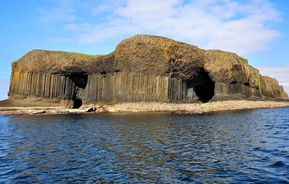 "Staffa - ""Island of columns"", which according to the legends of the Vikings was built by giants 109"