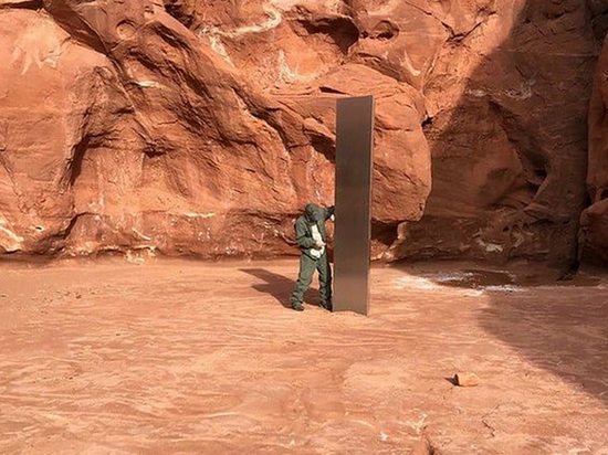 A mysterious metal monolith found in the Utah desert canyon 100