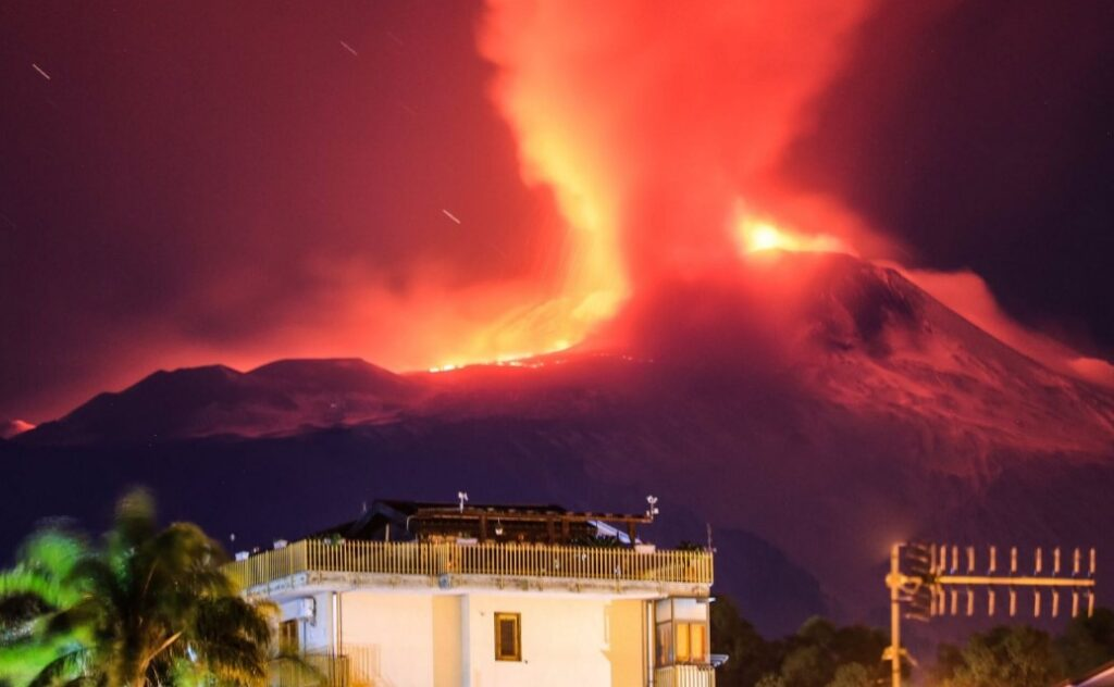 Etna volcano erupts in Sicily with 100 meters high lava fountains 8