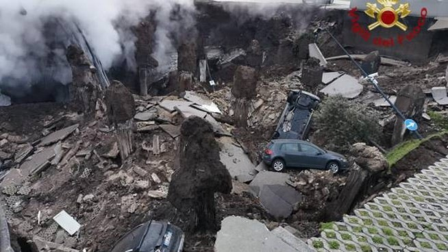 Hospital in Naples was evacuated after a new, huge sinkhole appeared 98