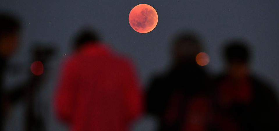 The night sky in southern Taiwan shows a weird red moon alarming netizens: 2021 disaster year omen? 100