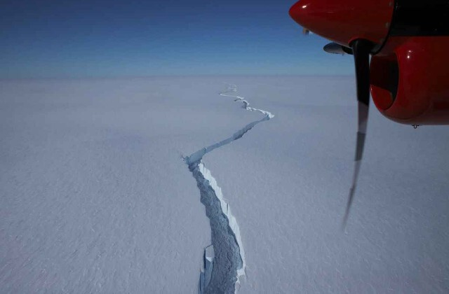What is going on with the giant, hundred-kilometer crack in the Antarctica glacier? 1