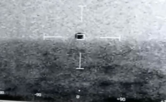 """Incredible US Navy footage of a UFO """"diving"""" underwater has been published 1"""