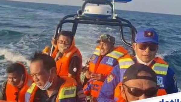 Strange things in Indonesia: Mysterious object fell from the sky and crashed into the sea 6