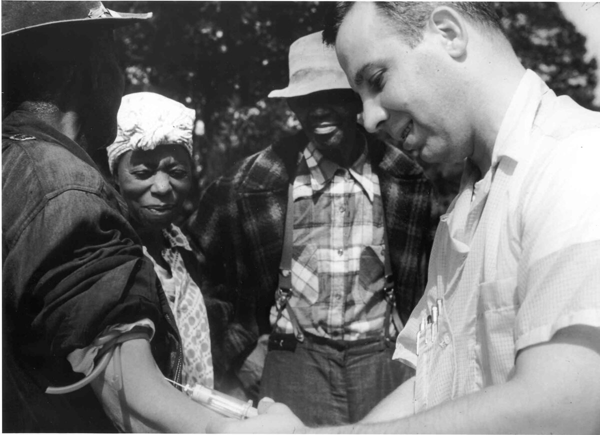 Photo: wikipedia / Unidentified person administers a placebo to one of the victims of the Tuskegee study, 1932