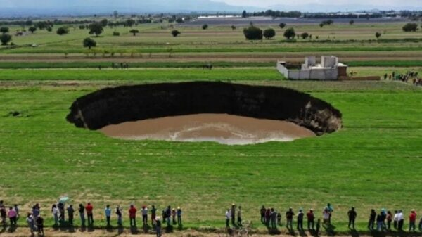 A giant sinkhole formed in Mexico and continues to grow, expanding dozens of meters every day 8